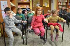 Dzieci w bibliotece  - czytanie 23.02.2015