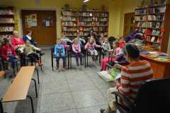 Dzieci w bibliotece z seniorami