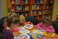 Dzieci w bibliotece -Szkoła z Pławnicy